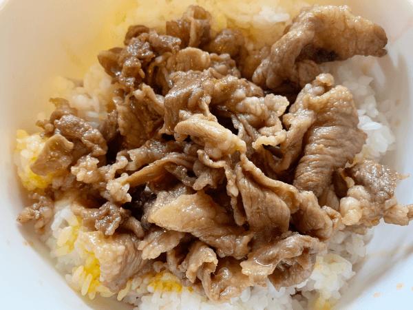 ご飯の上に豚肉を乗せる