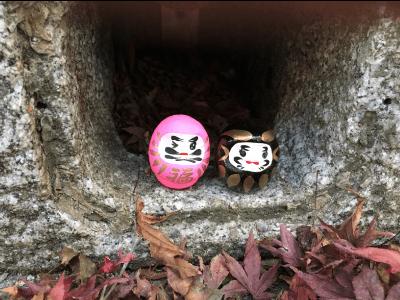 勝尾寺の石の中のダルマ