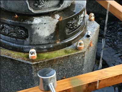 勝尾寺の水辺のダルマ