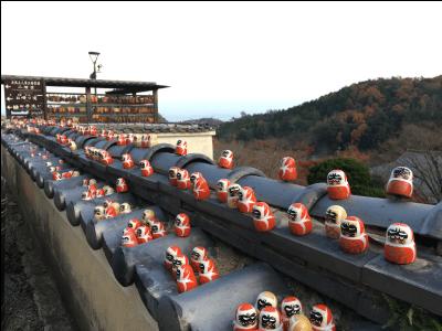 勝尾寺の境内のダルマ